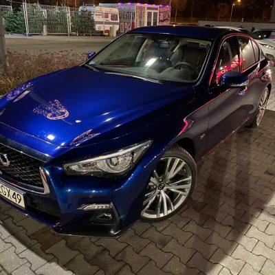 Infiniti Q50 Sport granatowy nocą - Wypożyczalnia samochodów luksusowych Mestenza Trójmiasto Rafał Grzebin